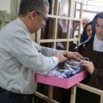 Manto dos 300 anos da Mãe Aparecida é confeccionado pelas Carmelitas
