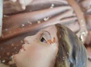 Restauradora trabalha no restauro das imagens de nossa Catedral