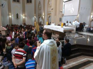 Crianças realizam Coroação de Nossa Senhora
