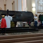 Crianças apresentaram teatro da Paixão de Cristo no Domingo de Páscoa