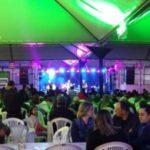 """Festividades: 1ª noite reuniu centenas de pessoas na """"Tenda de Sant'Ana""""; Hoje (28) tem ABR3 com participação de Maurício Gasperini"""