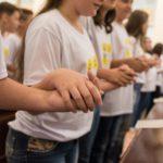 Crianças da catequese recebem a Primeira Eucaristia