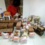 Pastoral Social e a Comunidade de Jovens distribuem cestas básicas e chocolates para famílias assistidas